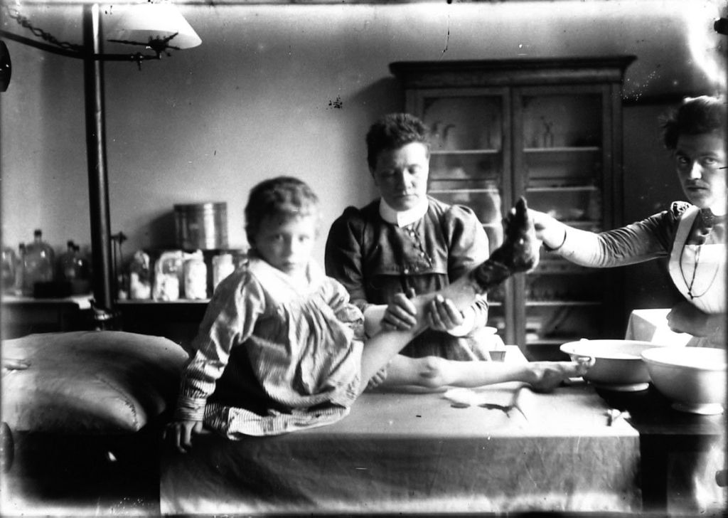Anne Bolle fotografeerde dit zieke kind in het Middelburgse ziekenhuis, circa 1901. (Zeeuwse Bibliotheek, Beeldbank Zeeland)