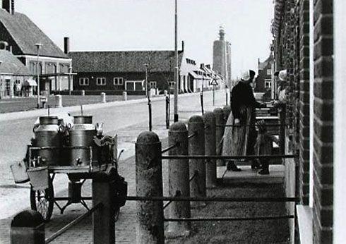Melkverkoopster gaat met de melk in bussen de huizen langs in Westkapelle. Foto van omstreeks 1961. (Zeeuwse Bibliotheek, Beeldbank Zeeland)