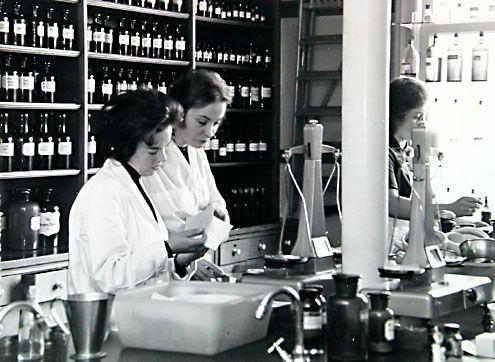 Apothekersassistentes in de apotheek van Van de Sande in Vlissingen, omstreeks 1964. (Zeeuwse Bibliotheek, Beeldbank Zeeland, foto A. van Wyngen)