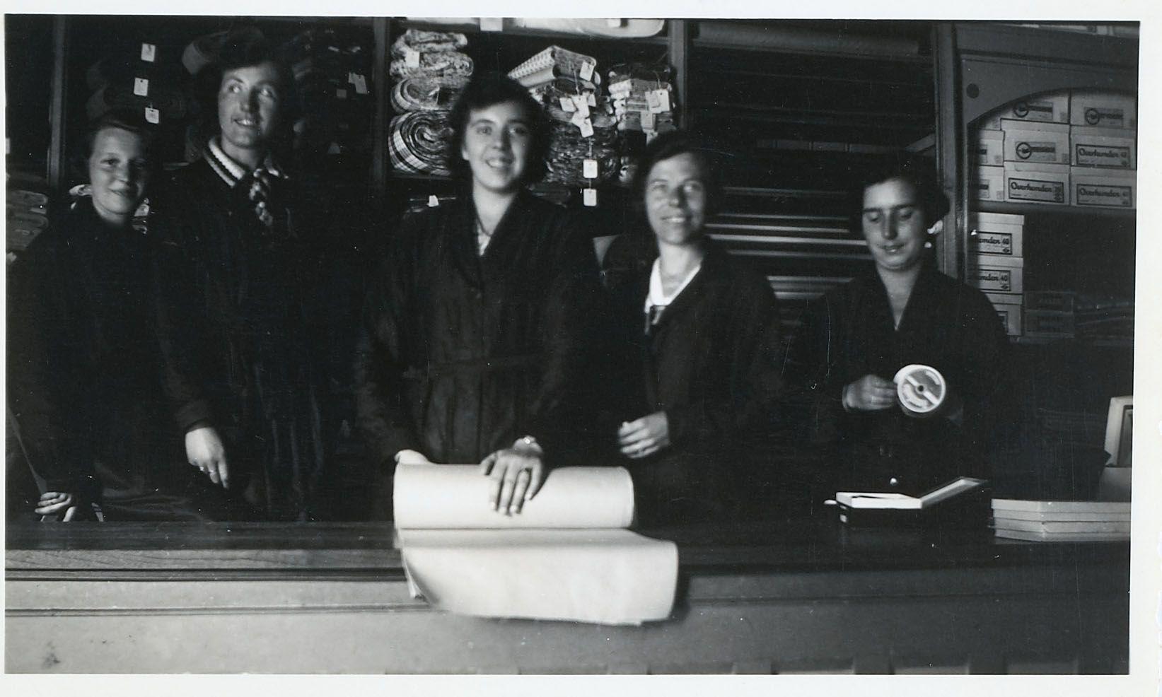 Winkelpersoneel van de manufacturenzaak Rivière in Middelburg, circa 1938-1940. (Zeeuws Archief)