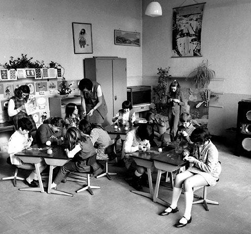 Klaslokaal waarin de juf lesgeeft aan een groep jonge leerlingen in Retranchement. Foto van O. de Milliano, circa 1970. (Zeeuwse Bibiliotheek, Beeldbank Zeeland)