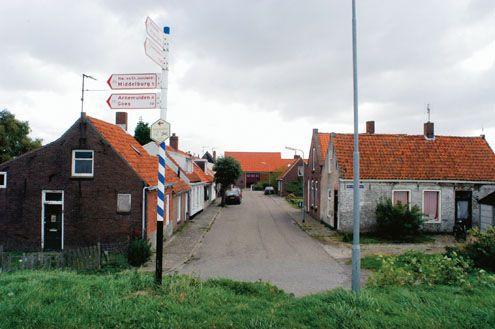 Oudedorp, gezien vanaf de dijk om de Oud-Sint-Jooslandpolder.