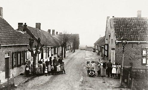 Bewoners van Oudedorp poseren, anno 1930. (Zeeuwse Bibliotheek, Beeldbank Zeeland)