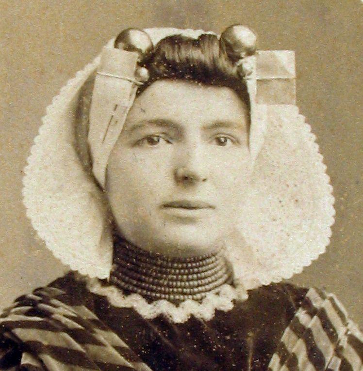 Portretfoto van Neeltje Lokerse. (Zeeuwse Bibliotheek, personendossier Neeltje Lokerse)