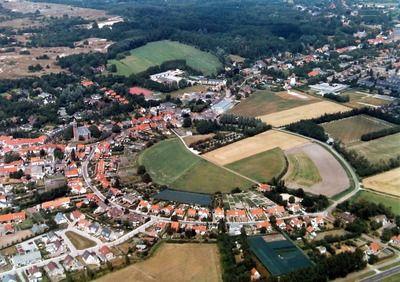 Luchtfoto Burgh met het terrein van de ringwalburg, circa 1995. (Zeeuwse Bibliotheek, Beeldbank Zeeland, foto A. Dingemanse)