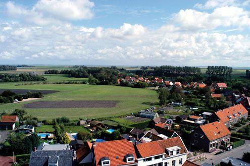Het ronde burgterrein ten zuidoosten van de dorpskern van Burgh, gezien vanaf de kerktoren.