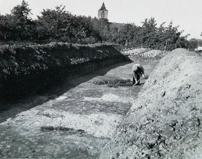 In 1939 vond onder leiding van archeoloog W.C. Braat van het Rijksmuseum van Oudheden te Leiden een eerste opgraving plaats naar de burg in Oost-Souburg. In het burgterrein werden verschillende sleuven gegraven. (Zeeuwse Bibliotheek, Beeldbank Zeeland)