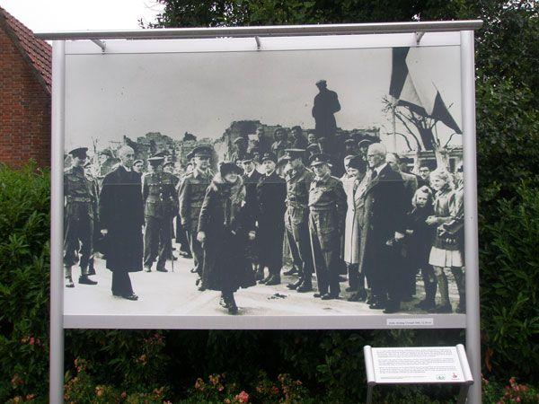 Op de historische foto op het Koningin Wilhelminaplein in Eede staat het passeren van de landsgrens door koningin Wilhelmina afgebeeld (Beeldbank SCEZ)