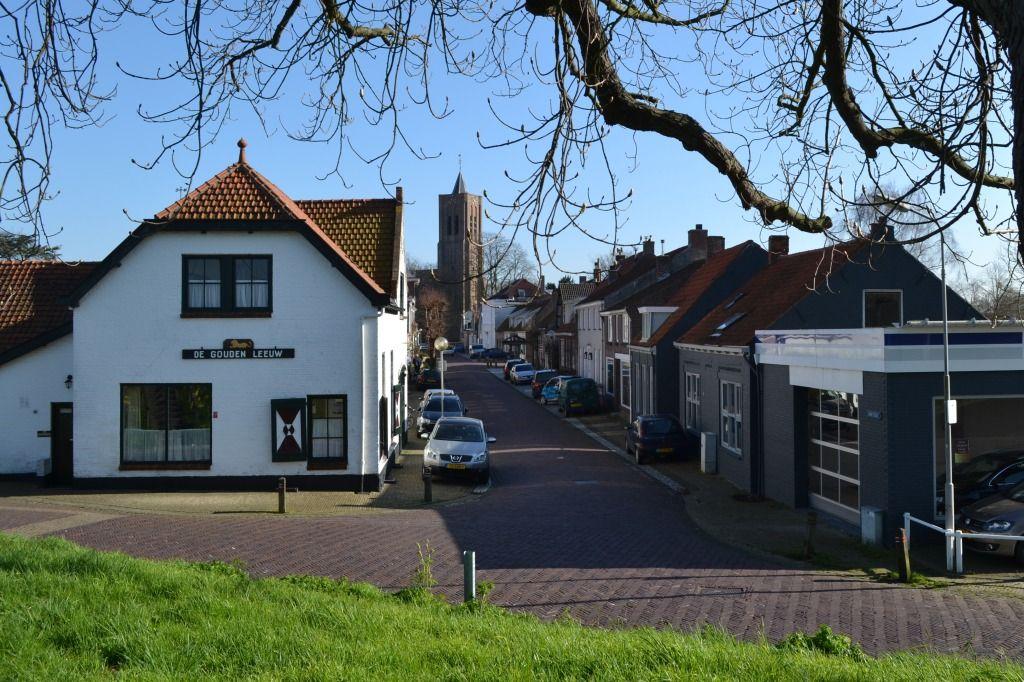 De Vermetstraat in 's-Heer Arendskerke is een voorstraat. Hij verbindt de Torenring rond de kerk met de oude zeedijk. (Beeldbank SCEZ)