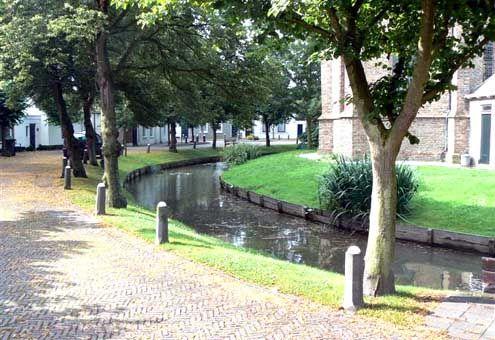 Ringgracht rondom het kerkhof van Noordgouwe. (foto Aad de Klerk)