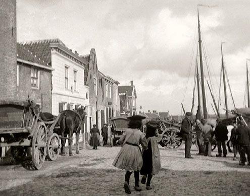 De Kaai, ofwel de haven, omstreeks 1910. Deze plek vormde voor Sint-Annaland lange tijd het enige contactpunt met de buitenwereld. (Zeeuwse Bibliotheek, Beeldbank Zeeland)