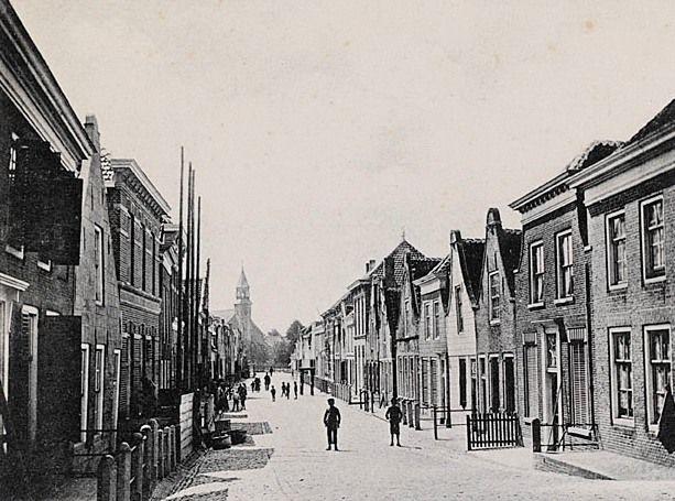 De Voorstraat, Sint-Annaland, gezien in de richting van de kerk. Prentbriefkaart, circa 1900. (Zeeuws Archief, coll. Zeeuws Genootschap, Zelandia Illustrata)