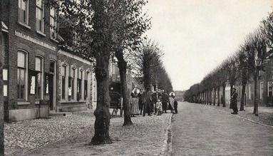 De Dorpsstraat in Wemeldinge. Prentbriefkaart, circa 1905. (Zeeuwse Bibliotheek, Beeldbank Zeeland)