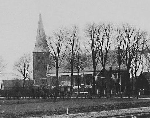 De kerk van Sinoutskerke vóór de afbraak. Foto van omstreeks 1900. (Zeeuwse Bibliotheek, Beeldbank Zeeland)