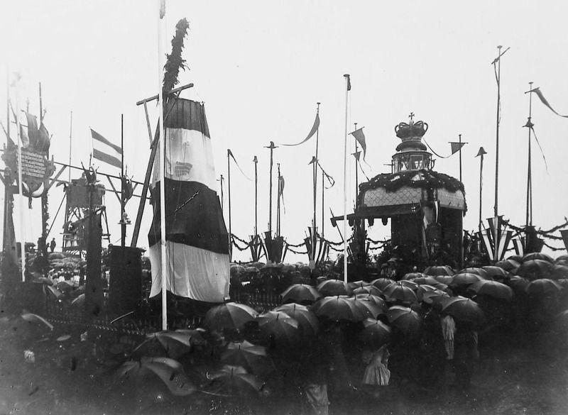 Onthulling van het standbeeld op de Boulevard na de verplaatsing in 1894. (Zeeuwse Bibliotheek, Beeldbank Zeeland)