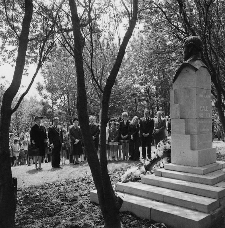 Herdenking van Van Dale bij zijn borstbeeld in 1963. (Zeeuwse Bibliotheek, Beeldbank Zeeland, foto O. de Milliano)
