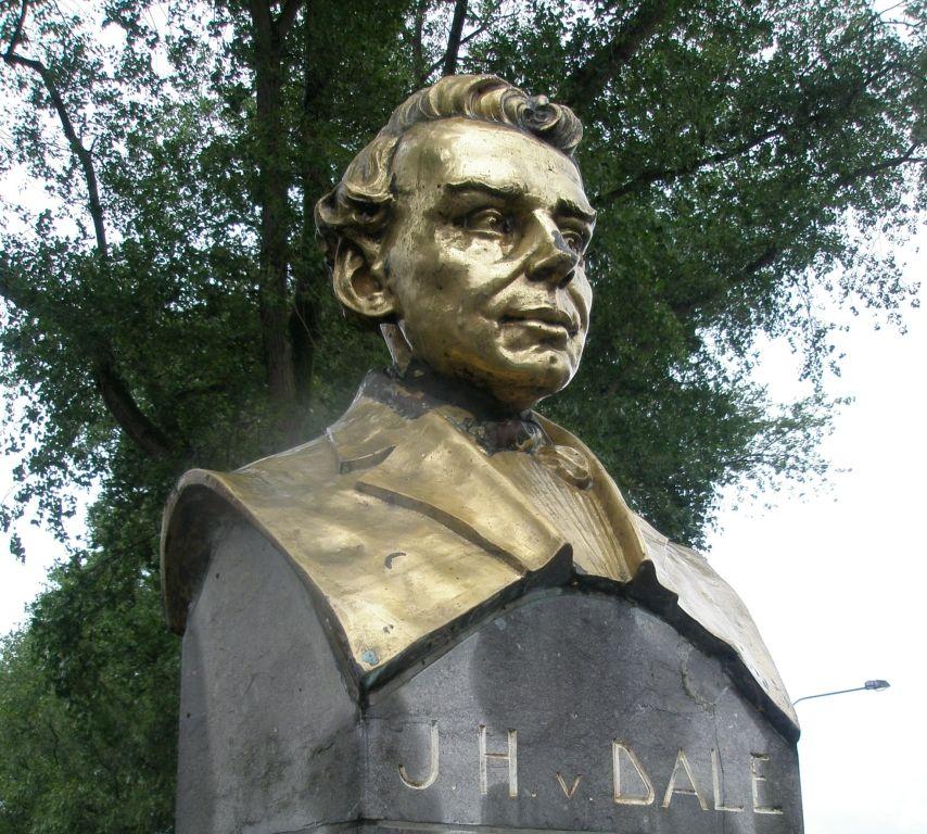 Het standbeeld van Johan Hendrik van Dale in Sluis. (Beeldbank SCEZ)