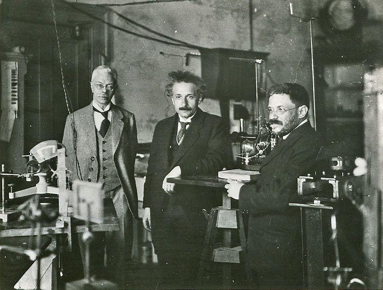 Einstein op bezoek bij Pieter Zeeman in Amsterdam, met zijn vriend Paul Ehrenfest, circa 1920.