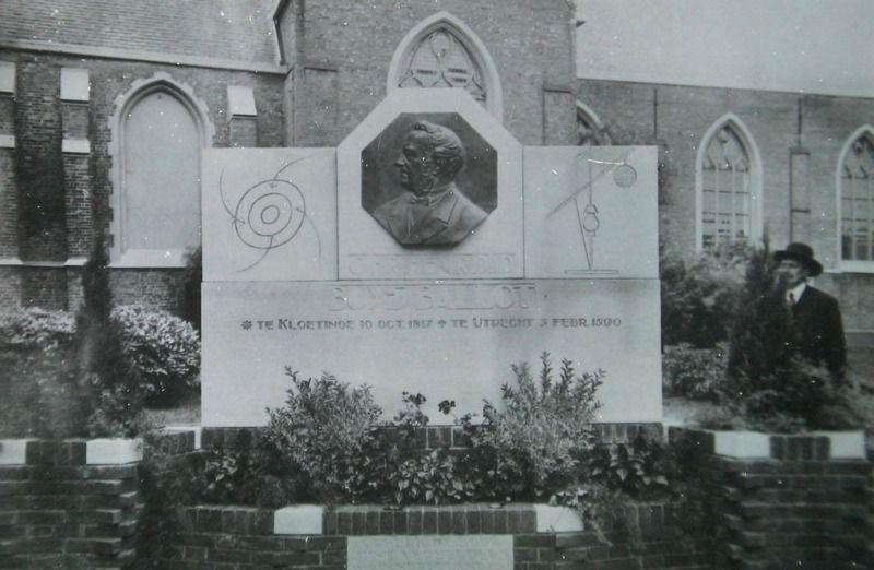 Monument voor Buys Ballot in Kloetinge, met rechts de maker van de plaquette, Pieter Puype, circa 1930. (Zeeuwse Bibliotheek, Beeldbank Zeeland)