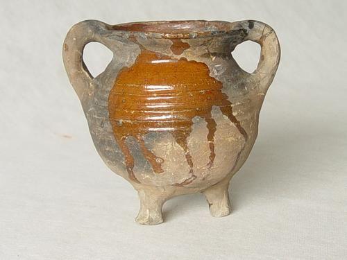 Grape of kookpot van roodbakkend aardewerk met spaarzame glazuurversiering. Bodemvondst Hellenburg. (SCEZ, Beeldbank Archeologie)