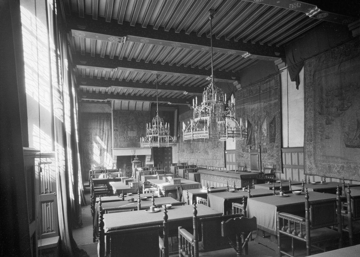 Statenzaal in de Middelburgse Abdij met wandtapijten, begin 20ste eeuw. (Rijksdienst voor het Cultureel Erfgoed, foto C. Hoogendijk)