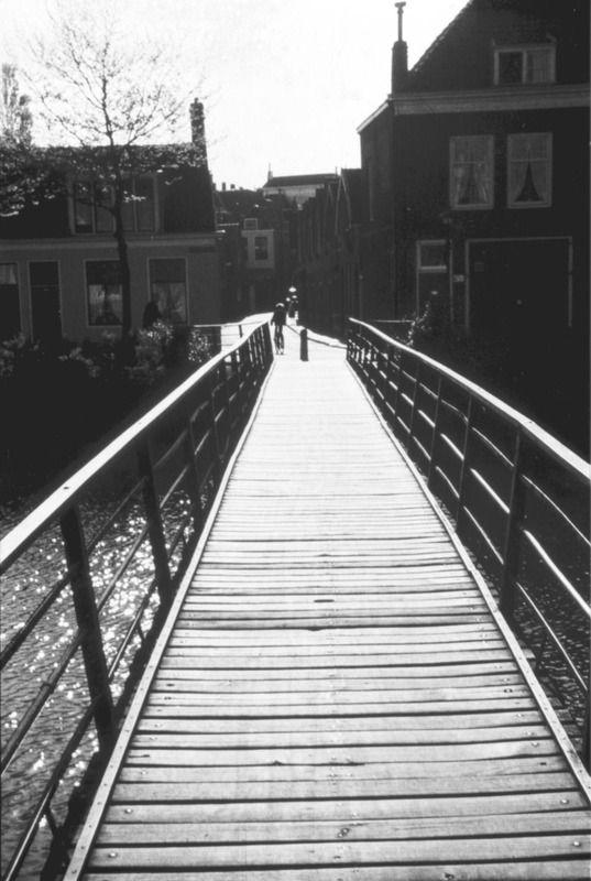 Smytegeltbruggetje in de richting van de Penninghoeksingel, kort voor de afbraak in 1959. (Zeeuwse Bibliotheek, Beeldbank Zeeland, foto A.P. Maas)