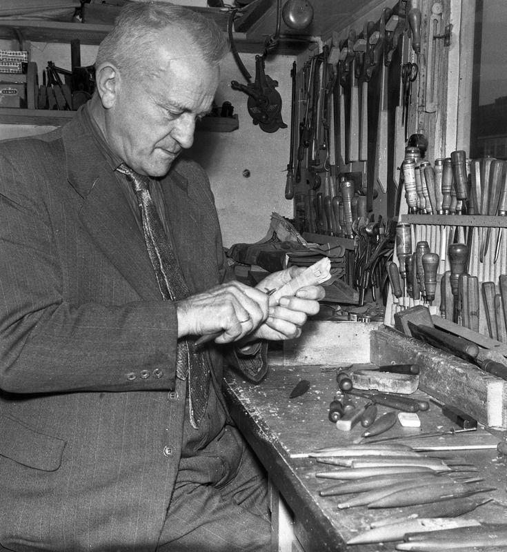 Pieter Buijs (1898-1982) uit Oost-Souburg sneed behalve mesheften ook andere gebruiksvoorwerpen. (Zeeuwse Biliotheek, Beeldbank Zeeland)