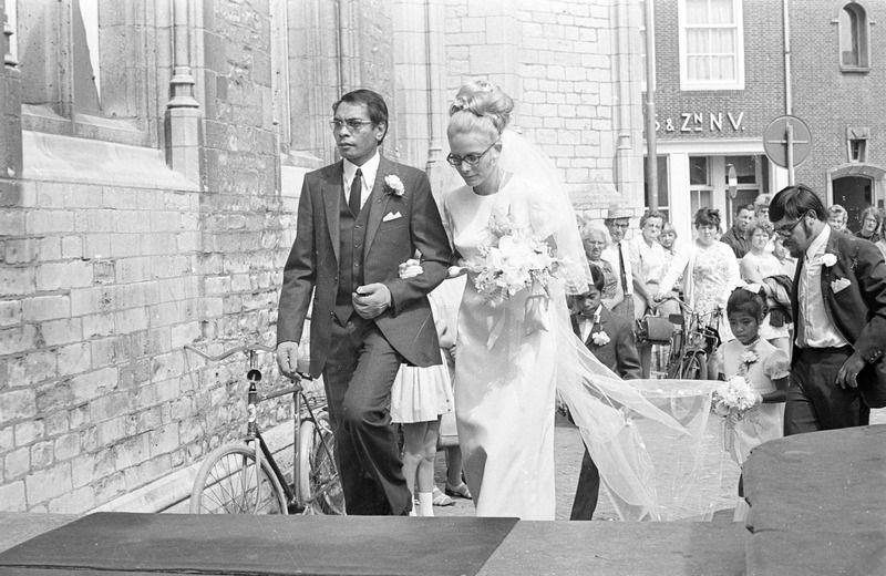 Teken van assimilatie: een huwelijk in Middelburg tussen een Molukse man en een Nederlandse bruid in 1970. (Zeeuwse Bibliotheek, Beeldbank Zeeland, foto J. Midavaine)