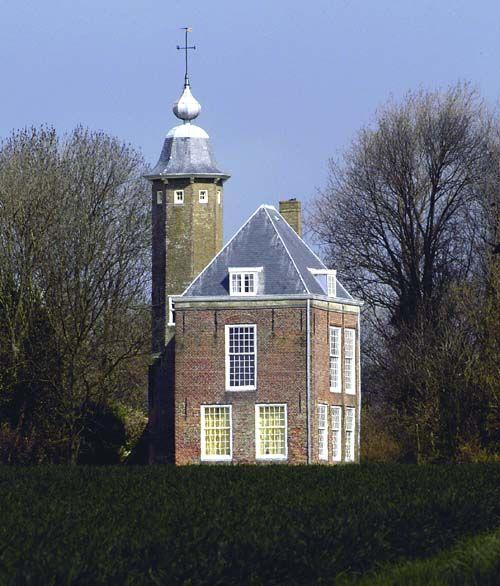 De Munnikenhof bij Grijpskerke. (foto Mechteld Jansen, in Ontspannend Zeeland, deel 6 in Zeeland, van toen en nu, WBOOKS 2005)
