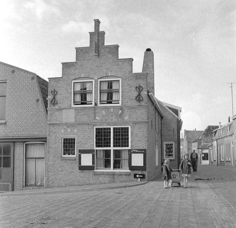 Op deze plaats in Brouwershaven stond het ouderlijk huis van Cats. Foto omstreeks 1960. (Zeeuwse Bibliotheek, Beeldbank Zeeland)