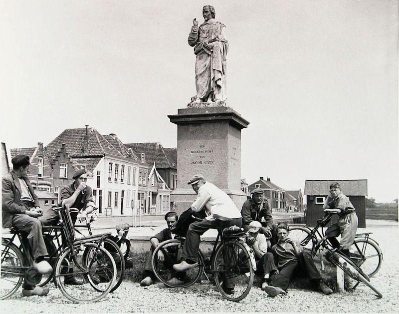 Standbeeld van Jacob Cats op het nog niet bestrate marktplein in Brouwershaven, circa 1954. (Zeeuwse Bibliotheek, Beeldbank Zeeland)