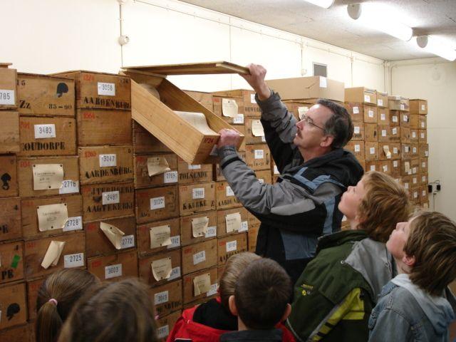 Een schoolklas bezoekt het depot van het voormalige Provinciaal Archeologisch Centrum Zeeland.
