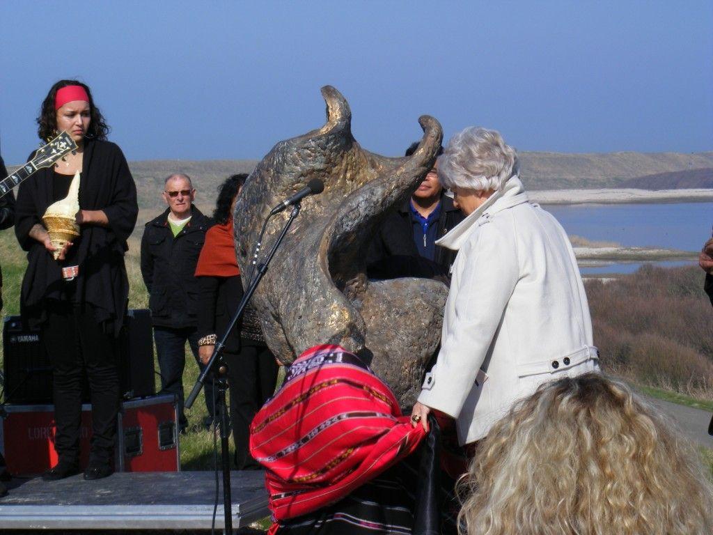 Onthulling van het Moluks monument door toenmalig commissaris der koningin Karla Peijs. (Beeldbank SCEZ)