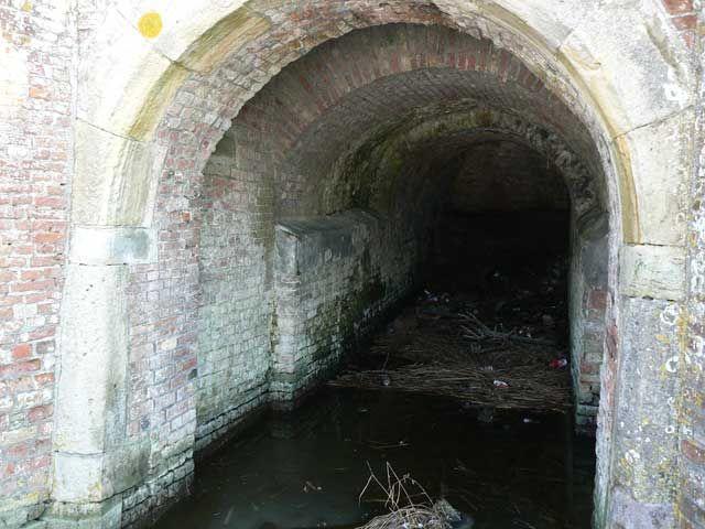 Onder deze brug door bereikten schuteboeren het Domburgs Schuitvlot in Middelburg. (Beeldbank SCEZ)