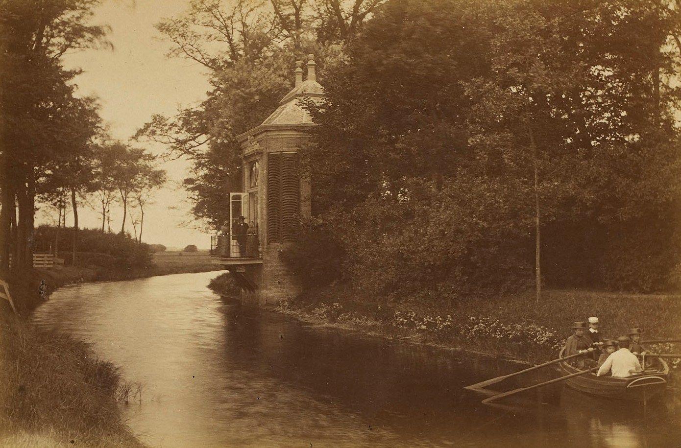 Domburgse watergang met de theekoepel van buitenplaats De Griffioen. De familie Tak van Poortvliet maakt een boottochtje. (Zeeuws Archief)
