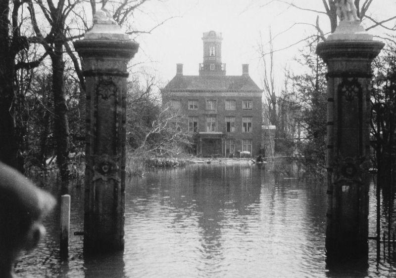 Toorenvliedt tijdens de inundatie in 1944. (Zeeuwse Bibliotheek, Beeldbank Zeeland)