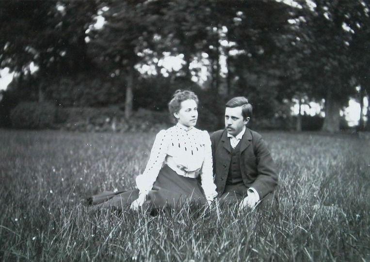 Johan Huizinga en Mary Schorer in de tuin van Toorenvliedt omstreeks 1901. (Zeeuwse Bibliotheek, Beeldbank Zeeland, foto A. Bolle)