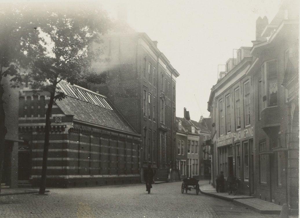 Museum en bibliotheek van het Zeeuws Genootschap in de Wagenaarstraat in Middelburg, circa 1930. (Zeeuws Archief, foto Dignus Pieter Cornelisse)