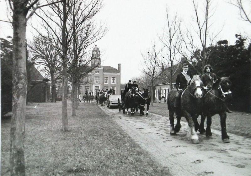Uitgeleide van burgemeester A. Sprenger, een van de bewoners van Duinbeek, bij zijn 25-jarig ambtsjubileum. 20 februari 1971. (Zeeuwse Bibliotheek, Beeldbank Zeeland, foto P. Adriaanse)