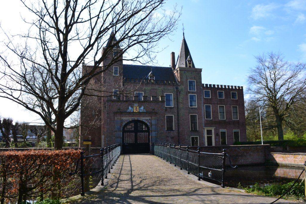 Slot Haamstede met de poort waarboven zich het wapen van Haamstede bevindt. (Beeldbank SCEZ)