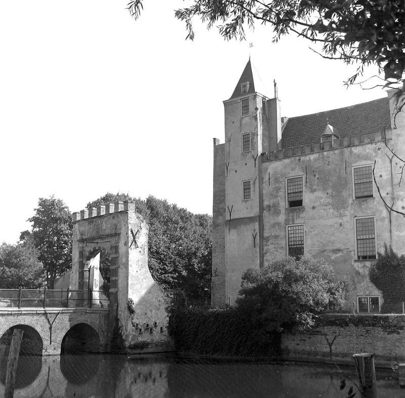 Het kasteel vóór de restauratie in de jaren zestig. (Zeeuwse Bibliotheek, Beeldbank Zeeland, fotoarchief PZC)