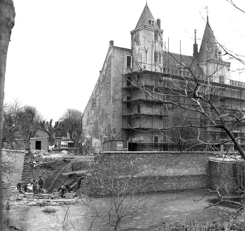 Het kasteel tijdens de restauratiewerkzaamheden, circa 1970. (Zeeuwse Bibliotheek, Beeldbank Zeeland, fotoarchief PZC)