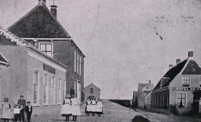 Prentbriefkaart Colijnsplaat, circa 1900, met zicht op Oostzeedijk. (Zeeuwse Bibliotheek, Beeldbank Zeeland)