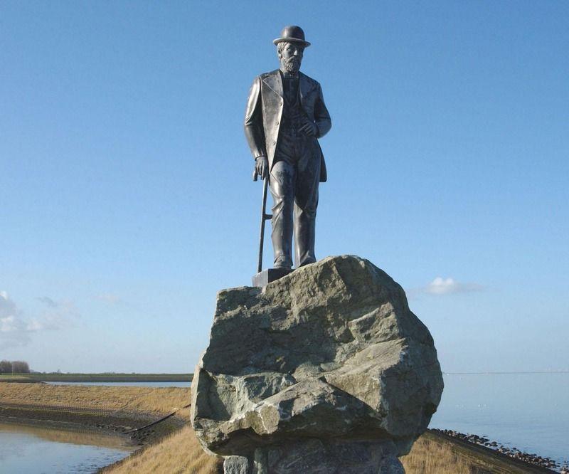 Standbeeld van De Rijke bij de haven in Colijnsplaat. (Zeeuwse Bibliotheek, Beeldbank Zeeland, foto J. Wolterbeek)