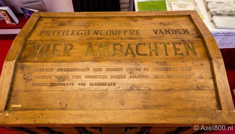 De oude keur is door een brand verloren gegaan. Kopieën worden bewaard in een nieuwe couffre. (foto Elly Luitjens, Stichting Axel800)