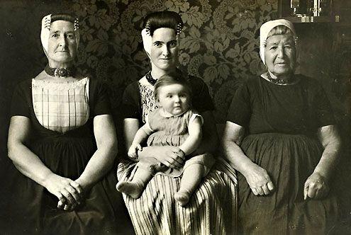 Vier generaties vrouwen op Walcheren, foto uit 1932. (foto W. van der Heijden)
