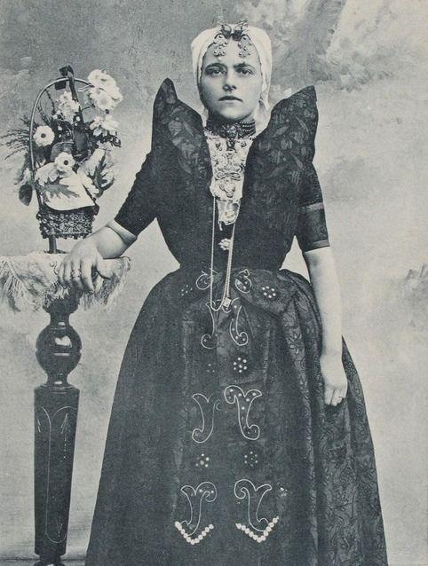 Vrouw in de Axelse streekdracht, circa 1900. (Zeeuwse Bibliotheek, Beeldbank Zeeland)