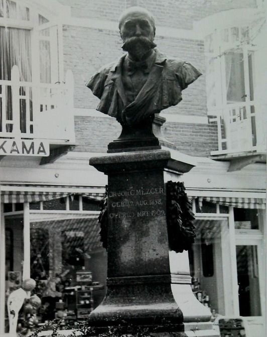 Het in 1936 onthulde borstbeeld van dokter Johann Mezger aan het Groentje in Domburg. Foto van omstreeks 1960. (Zeeuwse Bibliotheek, Beeldbank Zeeland)