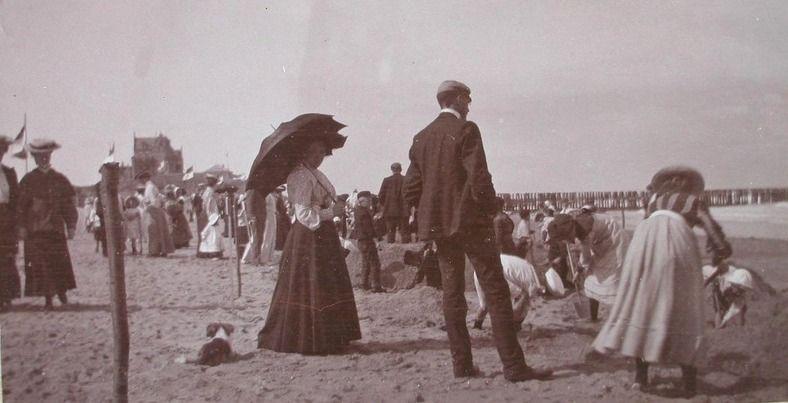 Aan het begin van de 20ste eeuw ontdekten steeds meer toeristen het Domburgse strand, al hielden ze daarbij de kleren gewoon aan. Foto van omstreeks 1906. (Zeeuwse Bibliotheek, Beeldbank Zeeland)