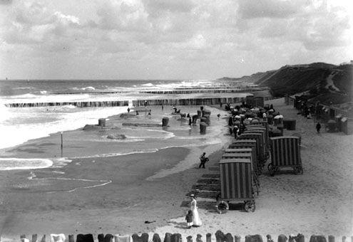 Het strand van Domburg gevuld met badkoetsen, circa 1905. (Zeeuwse Bibliotheek, Beeldbank Zeeland, collectie Lantsheer)